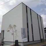 窓のない斬新な外観からは想像もできない開放的な住まい「casa cube」のフロアガイド。