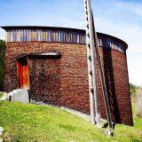 ピーター・ズントーの出世作「聖ベネディクト教会」スイスの土着的な風景に馴染む建築。